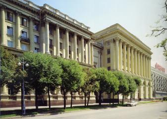 Neo-Classicism. The building of the Leningrad research project institute on Troitskaya Square.