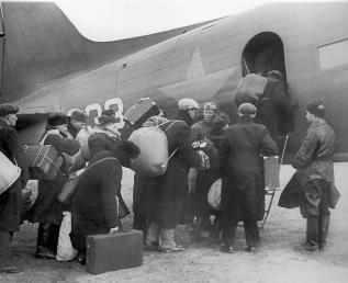 Evacuees Boarding a Plane. Photo by V.Fedoseev. October 10, 1941.
